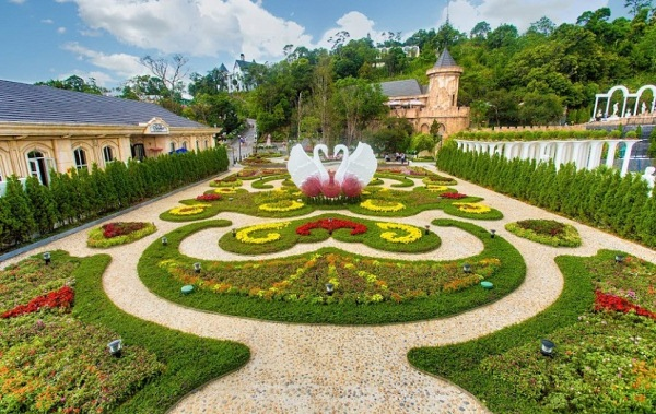 Ba na hills resort a mountain resort in da nang must for Jardin d amour wine