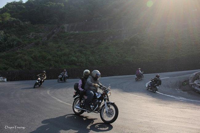 riding motorbike over hai van pass