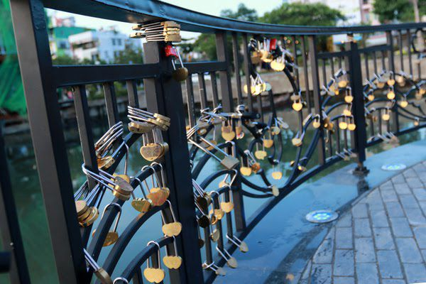love lock bridge da nang